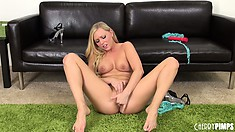 Brea Bennett is putting on one hell of a show playing with her snatch